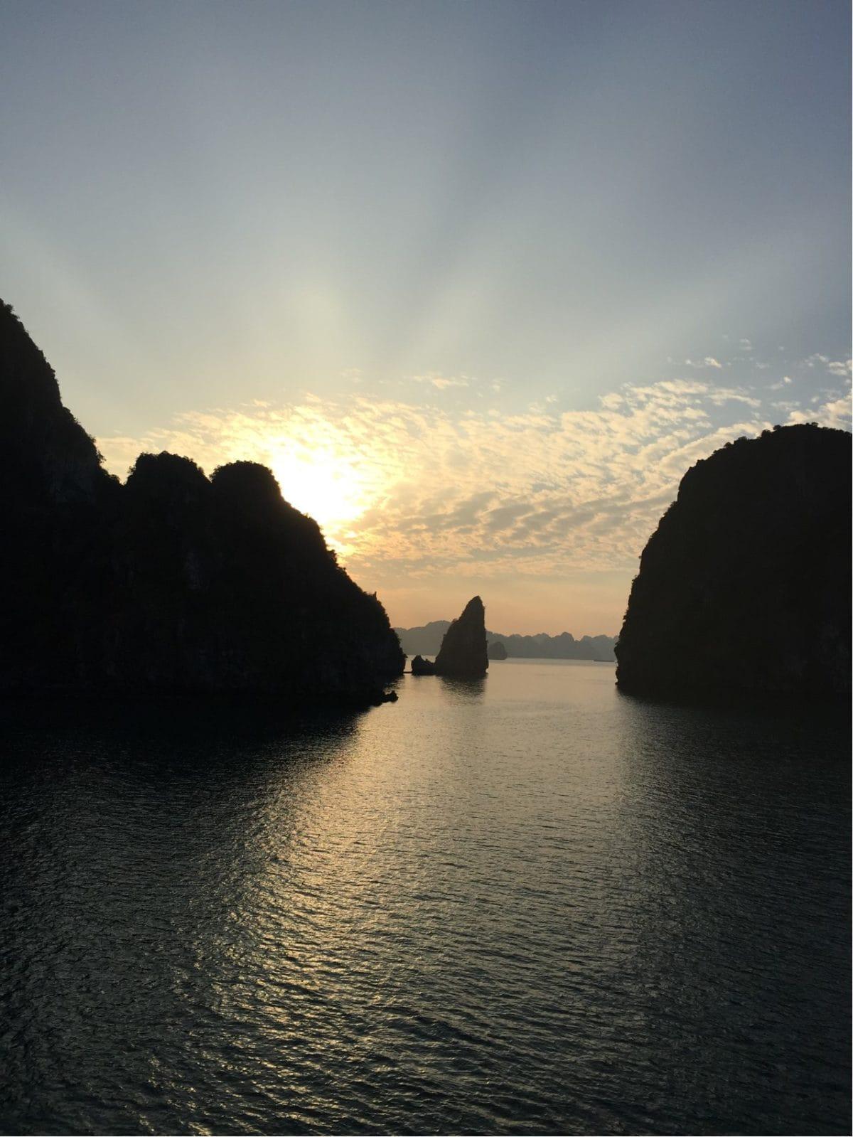 Coucher de soleil à la baie d'Along au Vietnam