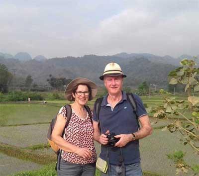 Touristes francais dans un village au Vietnam