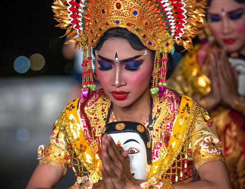 Femme danseuse en indonésie